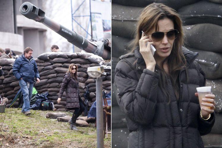 A atriz Angelina Jolie dirige seu primeiro longa de ficção em um set de filmagem na cidade de Esztergom, distante 50 km de Budapeste, Hungria, na sexta-feira (12). Oficialmente ainda sem título, o filme conta a história de amor entre uma mulher de origem bósnia e um rapaz sérvio durante a guerra da Bósnia, no início da década de 1990 (12/11)