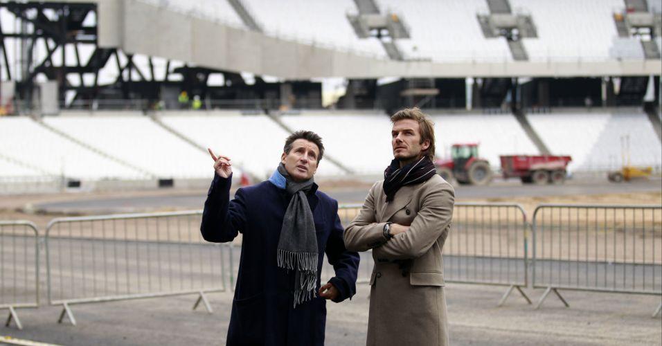 O jogador David Beckham (dir.) visita reforma de estádio onde acontecerão algumas disputas da Olimpíada de 2012 com o político e ex-atleta Sebastian Coe (esq.), em Londres (29/11/2010)