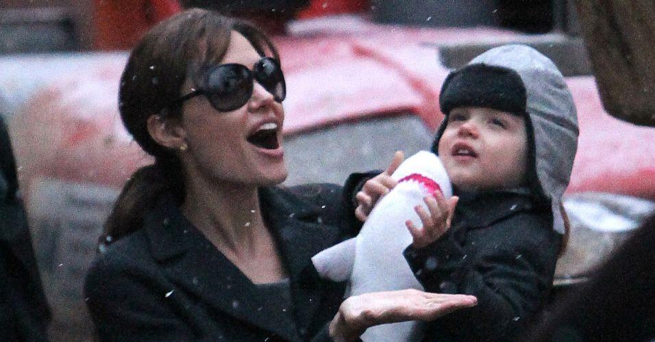 Angelina Jolie leva o filho Knox Jolie-Pitt ao Aquário de Paris (1/12). Durante o passeio, mãe e filho aproveitaram uma chuva de flocos de neve que caíram na tarde. A irmã gêmea Vivienne e os quatro irmãos Pax, Maddox, Zahara e Shiloh ficaram em casa