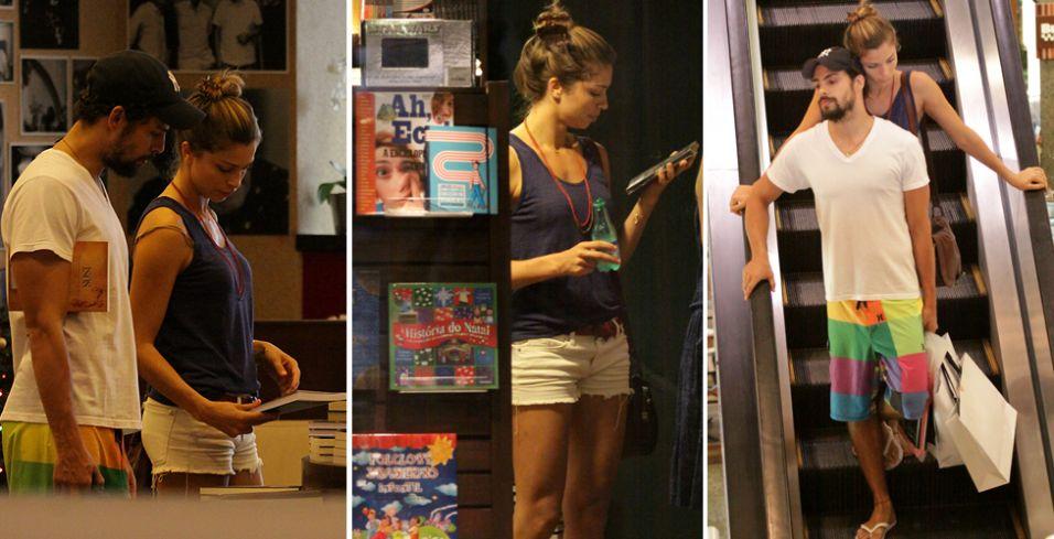 Cauã Reymond e Grazi Massafera vão a livraria em um shopping na Barra da Tijuca, no Rio. Os atores olharam livros, DVDs e saíram com algumas sacolas do shopping (3/12/2010)