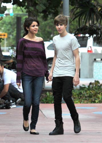 Justin Bieber e Selena Gomez passeiam juntos pelas ruas de Miami, EUA, no sábado (18). Especula-se que os astros teen estejam iniciando um namoro (18/12)