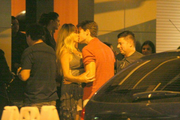 Recém-casados, os atores Danielle Winits e Jonatas Faro se beijam em frente a um restaurante no Leblon, zona sul do Rio. Mãe do pequeno Noah, de três anos - fruto de sua relação com o ator Cássio Reis -, Danielle está grávida de cinco meses do marido (28/12/10)
