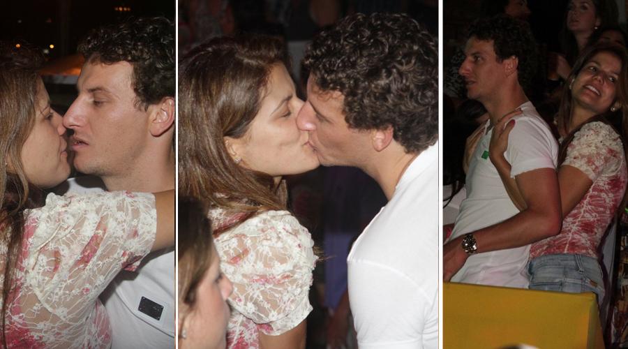 Durante o baile do Sapucapeta, no último sábado (5/3), no Jockey Club do Rio, a atriz Nívea Stelmann e o jogador Elano trocaram beijos, assumindo de vez o namoro dos dois. Em novembro do ano passado, Miguel, o filho de Nívea e do ator Mário Frias, havia dito que a mãe queria namorar Elano. Na época, ela desmentiu e disse que era apenas uma brincadeira do menino
