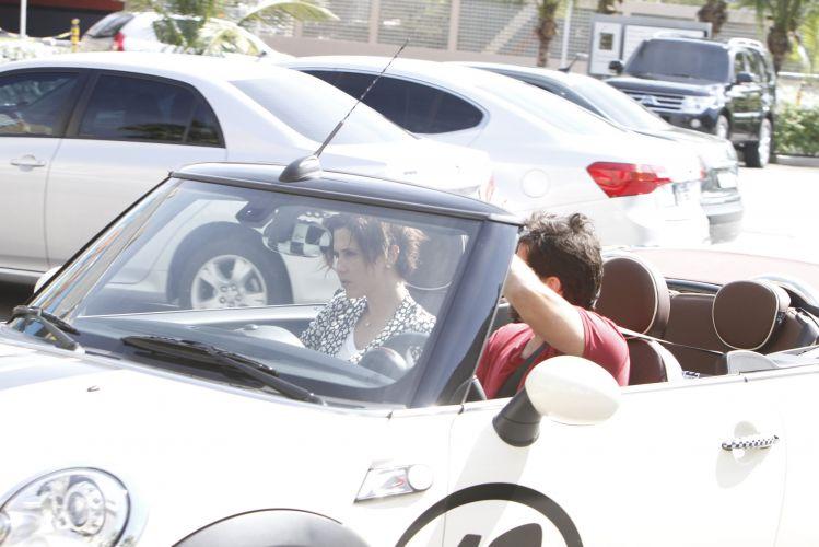 O casal Murilo Benício e Guilhermina Guinle deixam um restaurante na Barra da Tijuca neste sábado (2/4/2011)