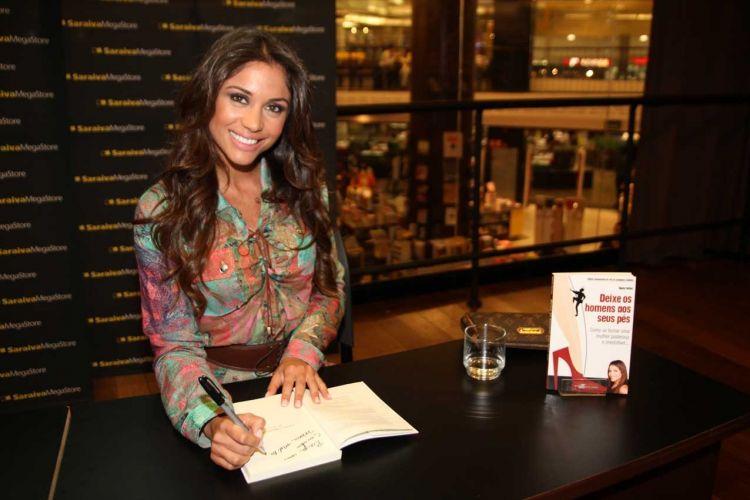 Maria, ex-participante do BBB11, em parceria com a autora do livro