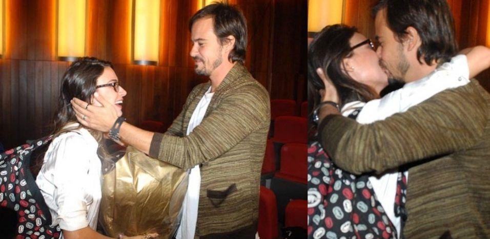 Paulinho Vilhena prestigia a namorada Thaila Ayala, em sua estreia no teatro, com a peça