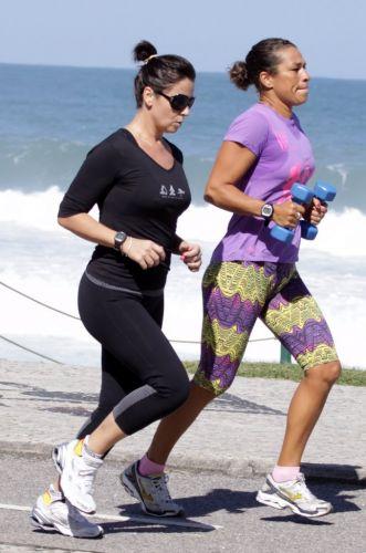 Para manter a boa forma, a atriz Giovanna Antonelli corre com sua personal na orla da Barra da Tijuca,no Rio de Janeiro (30/5)