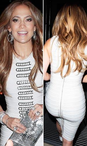 Com vestido justo, branco, cantora Jennifer Lopez exibe boa forma aos 42 anos, ao sair de hotel em Londres (14/6)