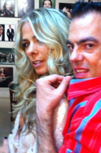 Adriane Galisteu exibe seu novo visual ao lado de Marco Antônio de Biaggi.
