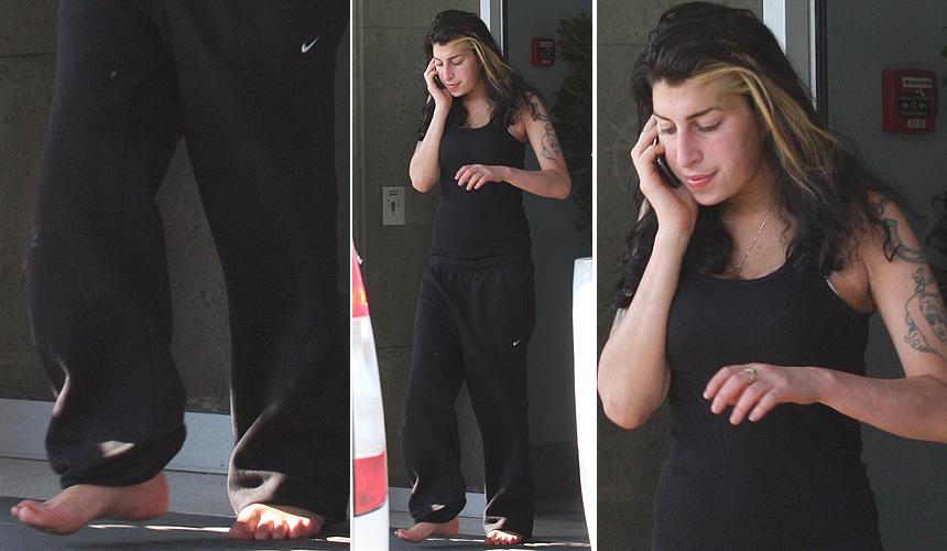 Descalça, cantora Amy Winehouse fala ao celular no aeroporto da Sérvia, após cancelar parte de sua turnê europeia. Ela foi vaiada durante show em Belgrado por sua aparente embriaguez (20/6)