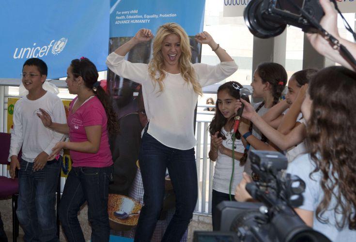 Shakira é aclamada pelas crianças judias e árabes durante visita a um colégio de Jerusalém. A cantora é embaixadora da Unicef (Fundo das Nações Unidas para a Infância) e participa da fundação Pies Descalzos, também focada em educação e proteção infantil. Ela está visitando Israel com o namorado Gérard Piqué (21/6)