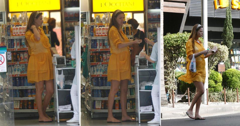 Grávida, a atriz e modelo Letícia Birkheuer faz compras em farmácia do Leblon (22/6/11)