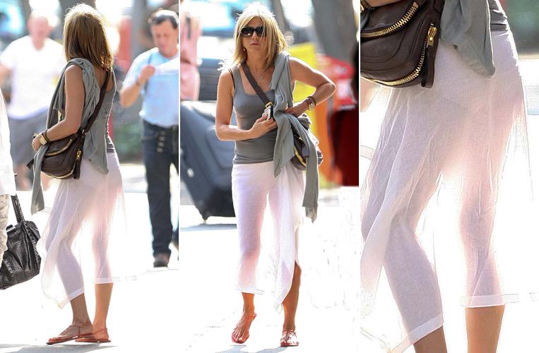 Jennifer Aniston, que recentemente começou a namorar o ator Justin Theroux, aproveita o verão no hemisfério norte para usar saia branca, esvoaçante e transparente, ao andar pelas ruas de Nova York (21/6/11)