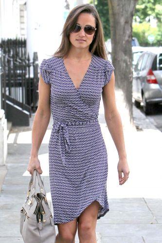 Com vestido discreto, Pippa Middleton, irmã da duquesa de Cambridge, Catherine Elizabeth Middleton, faz compras em Londres (23/6)