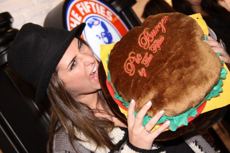 Fernanda Paes Leme vai à inauguração de hamburgueria e posa com lanche de pelúcia no Rio de Janeiro