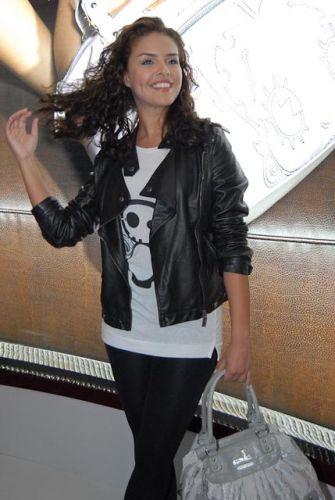 Paloma Bernardi participa de feira de calçados em São Paulo e exibe boa forma. Atualmente a atriz interpreta a personagem Alice na novela