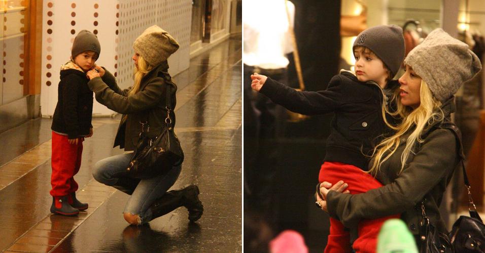 A atriz Danielle Winits leva o filho Noah para brincar no shopping Fashion Mall, no Rio de Janeiro (5/7/11)