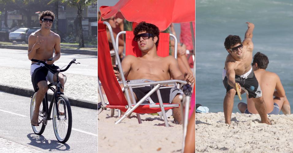 Caio Castro passeia de bicicleta e joga frescobol com amigos na praia da Barra da Tijuca, no Rio. O ator está no ar com a novela