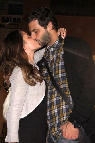 Fernanda Vasconcellos completa 27 anos e ganha beijo do namorado, o ator Henri Castelli, em um bar no Rio de Janeiro (14/9)