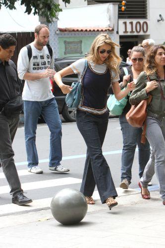 Desde que anunciou sua gravidez na quinta-feira (15), Luana Piovani não tem paz nem para ir ao ginecologista. A atriz foi seguida pelos paparazzi enquanto ia a uma consulta em Ipanema, no Rio de Janeiro (16/09/2011)