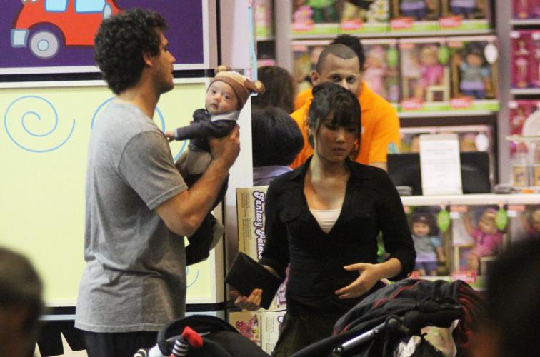 Daniele Suzuki e Fábio Novaes passeiam com Kauai, filho do casal, em shopping da zona sul do Rio de Janeiro. Por lá, a família visitou lojas de brinquedos e de roupas. O bebê tem 3 meses de idade (17/9/11)