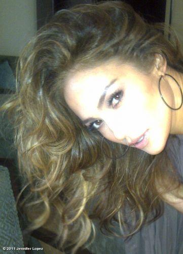 A cantora e atriz Jennifer Lopez mostrou o cabelão em foto publicada no Twitter.