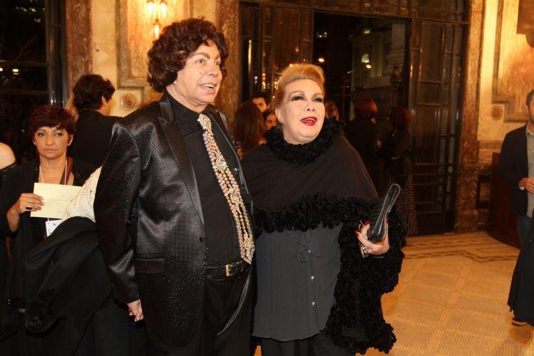 O cantor Cauby Peixoto e a transformista Rogéria posam para fotos antes da cerimônia do 22º Prêmio da Música Brasileira, no Teatro Municipal do Rio. Cauby concorre ao prêmio na categoria álbum em língua estrangeira (6/7/11)