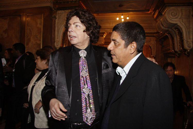 Os cantores Cauby Peixoto e Zeca pagodinho, no 22º Prêmio da Música Brasileira, no Teatro Municipal do Rio (6/7/11)