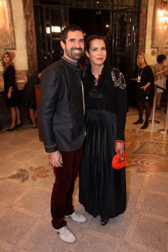 A cantora Vanessa da Mata chega ao Teatro Municipal do Rio acompanhada do marido, Gero Pestalozzi, para o 22º Prêmio da Música Brasileira (6/7/11)