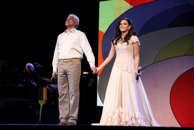 Paulinho da Viola se apresenta com a filha, Beatriz, no 22º Prêmio da Música Brasileira, no Teatro Municipal do Rio (6/7/11)