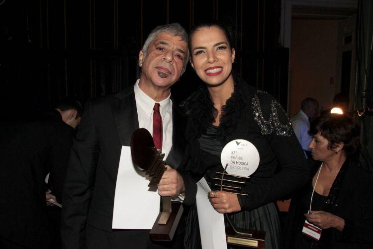Lulu Santos e Vanedsa da Mata, premiados como melhor cantor e cantora de pop/rock/reggae/hip-hop/funk, no 22º Prêmio da Música Brasileira, no Teatro Municipal do Rio (6/7/11)