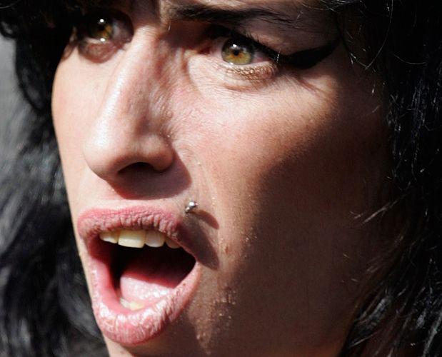A cantora britânica Amy Winehouse é acusada de agressão contra Sherene Flash, em um incidente na Berkley Square, em Londres (17/3/09)