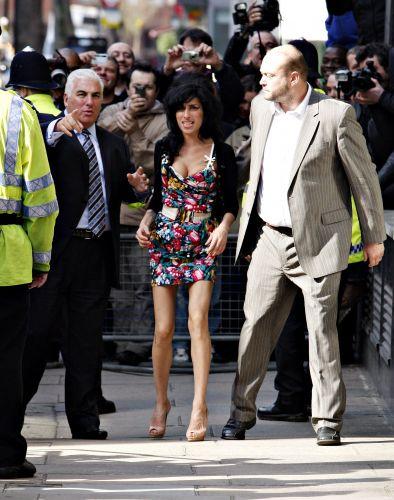 Mitch Winehouse (à esq.) acompanha a filha, Amy, à audiência no tribunal de Westminster, Inglaterra (17/3/09)