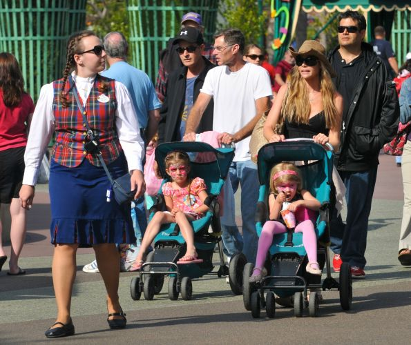 Charlie Sheen e Denise Richards passeam com as filhas na Disney (2/6/2010)