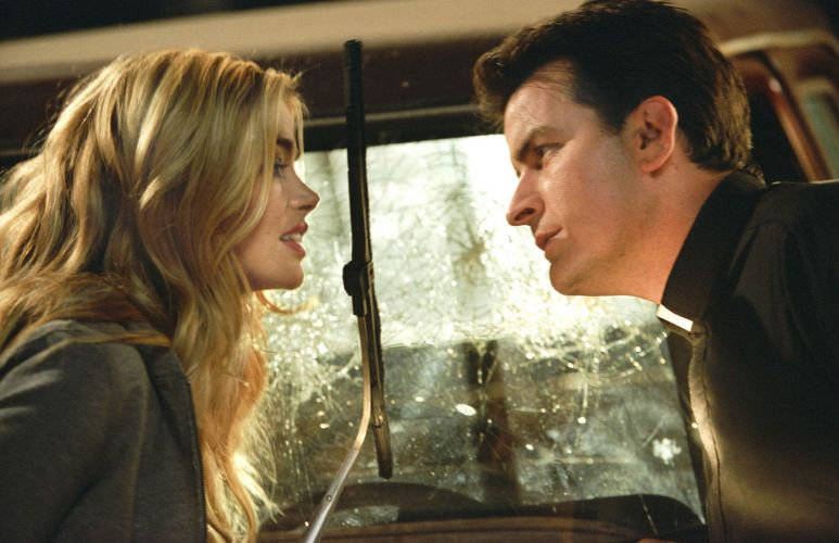 Denise Richards e Charlie Sheen em cena de