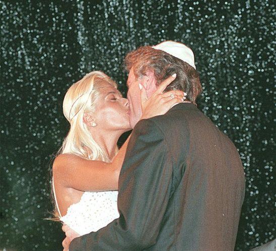A modelo e apresentadora se casa com o publicitário Roberto Justus em São Paulo, depois de seis meses de namoro. O relacionamento dos dois foi quase um negócio. Terminaram oito meses depois, em agosto de 1999, alegando incompatibilidade de agenda (10/12/98)