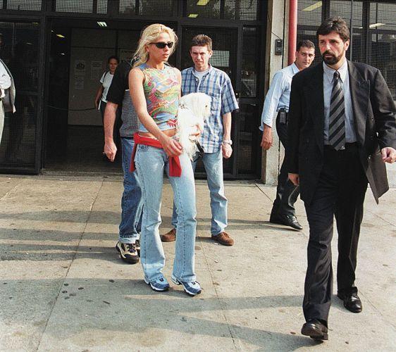 Adriane Galisteu deixa a delegacia após registrar um assalto a seu apartamento nos jardins, em São Paulo, ocorrido cinco dias antes. Na época, a apresentadora, que estava no banho na hora do asssalto, foi acusada de usar o episódio para chamar a atenção da imprensa (13/10/99)