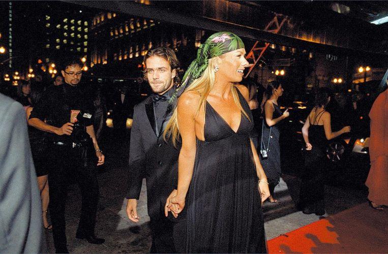 Adriane Galisteu com o jogador de futebol Roger Flores no Teatro Municipal, em São Paulo (30/4/04). Os dois namoraram por cerca de dois anos. Quando terminaram, Galisteu dispensou qualquer elegância e disse aos quatro ventos que este relacionamento tinha sido o seu
