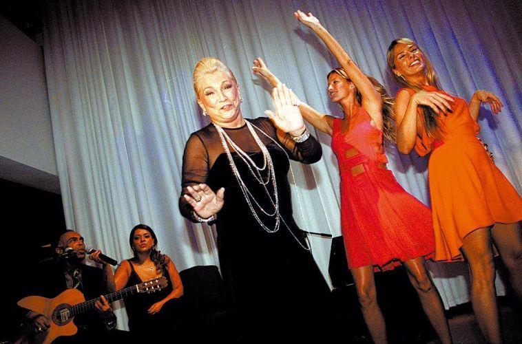 Ao som de Gilberto Gil e Preta Gil, Hebe Camargo, Gisele Bündchen (Bundchen) e Adriane Galisteu dançam após jantar de lançamento da nova campanha da Louis Vuitton, no Instituto Tomie Ohtake, em São Paulo (17/2/06)