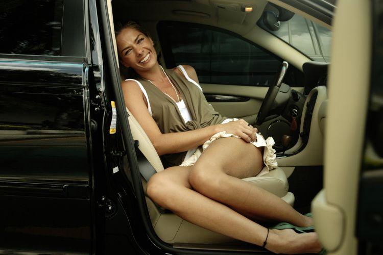 A apresentadora posa para foto em seu carro, um Jaguar, em São Paulo (06/12/06)