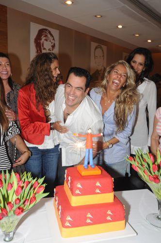 No aniversário de seu cabelereiro e amigo Marco Antonio de Biaggi, ao lado de outra grande amiga, a jogadora de vôlei de praia Virna. A proximidade das duas gerou boatos de que pudessem ter um caso (14/4/08)