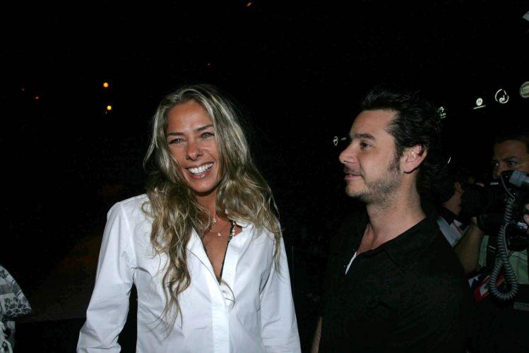 Depois de dez anos de amizade, Galisteu e o empresário Alexandre Iódice, filho do estilista Valdermar Iódice, engatam um namoro em junho de 2008 e desde então não se desgrudam mais (21/6/08)