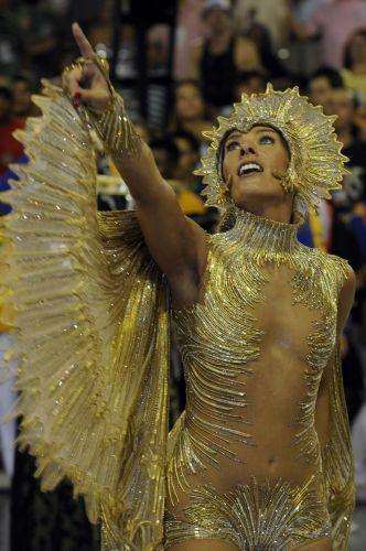 Mais uma vez como rainha da bateria da Unidos da Tijuca, Adriane Galisteu desfilou no Carnaval carioca (23/2/09)