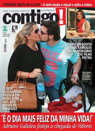 Alexandre Iódice e Adriane Galisteu dão um beijo na saída da maternidade com o filho Vittorio, na capa da