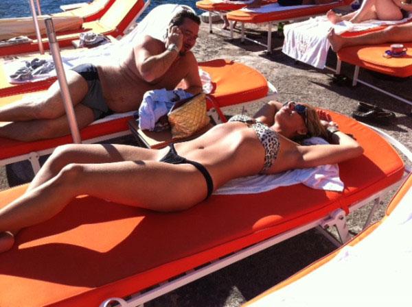 O cabeleireiro Marco Antonio Di Biaggi postou em seu Twitter uma foto de Adriane Galisteu tomando sol na Itália. A apresentadora está no país europeu para um novo ensaio para a