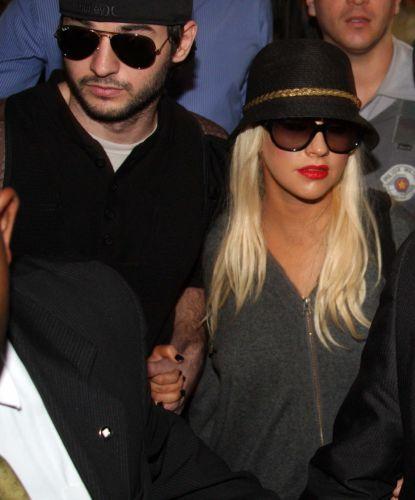 A cantora Christina Aguilera desembarcou no aeroporto de Guarulhos, em São Paulo, na manhã deste domingo ao lado do namorado, Matthew Rutler. 30/01/2011