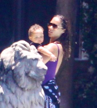 A cantora Alicia Keys aproveita o sol de Miami ao lado do filho Egypt, à beira da piscina (24/7/11)