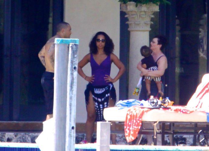 Alicia Keys e familiares aproveitam o sol de Miami ao lado do filho da cantora, Egypt, à beira da piscina (24/7/11)