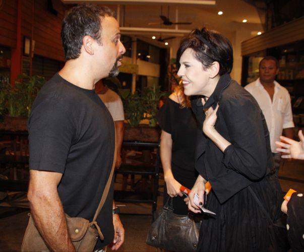 Os atores Marcos Breda e Bárbara Paz conversam no Teatro Leblon antes do início da apresentação especial para convidados da peça