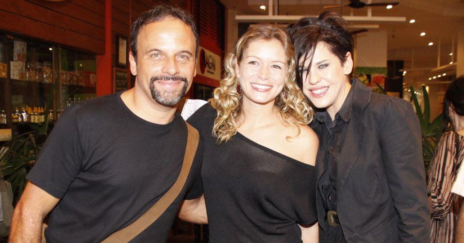 Os atores Marcos Breda, Bianca Castanho e Barbara Paz posam juntos na apresentação especial para convidados da peça
